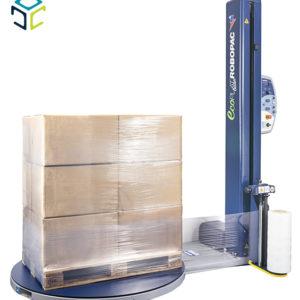 Máquina envolvedora con plato giratorio para el embalaje de productos con film extensible en disposición vertical. La máquina puede ser cargada directamente por el operario con el transpalé manual o con la carretilla elevadora.